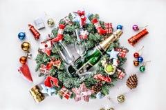Año Nuevo, la Navidad Decoraciones de Champán, de la Navidad, bolas multicoloras y regalos con un árbol de navidad Foto de archivo
