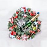 Año Nuevo, la Navidad Decoraciones de Champán, de la Navidad, bolas multicoloras y regalos con un árbol de navidad Foto de archivo libre de regalías
