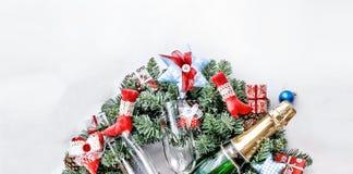 Año Nuevo, la Navidad Decoraciones de Champán, de la Navidad, bolas multicoloras y regalos con un árbol de navidad Fotos de archivo libres de regalías