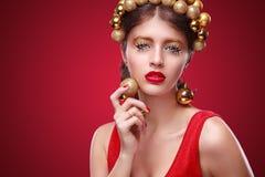 Año Nuevo, la Navidad, gente y concepto de los días de fiesta - mujer sonriente en vestido Fotos de archivo libres de regalías