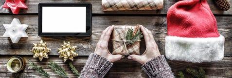 Año Nuevo, la Navidad, las manos humanas, el ` hecho a mano s del Año Nuevo o la Navidad, regalo, el abeto mullido ramifica, cele Fotos de archivo