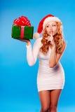 Año Nuevo, la Navidad, Navidad Mujer hermosa en sombrero del ayudante de santa Fotografía de archivo libre de regalías