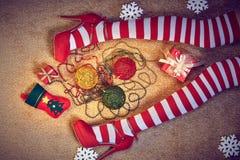 Año Nuevo 2016 La Navidad, piernas delgadas atractivas de la mujer adentro Imagenes de archivo