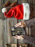 Año Nuevo, la Navidad, tableta, manos humanas, cajas de regalo, c Fotografía de archivo