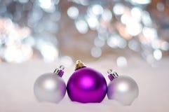 AÑO NUEVO, LA NAVIDAD: Tres púrpuras y bolas de plata Foto de archivo