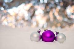 AÑO NUEVO, LA NAVIDAD: Tres púrpuras y bolas de plata Imagenes de archivo