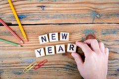 Año Nuevo Letras de madera en el escritorio de oficina Fotos de archivo