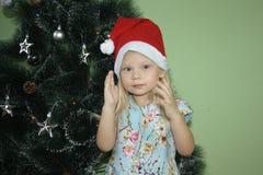 Año Nuevo muchacha en un nuevo Year& x27; casquillo de s asimientos Foto de archivo