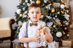 Año Nuevo Muchacho que juega cerca del árbol de navidad Fotos de archivo