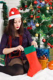 Año Nuevo Mujer hermosa joven cerca del árbol de navidad Imagen de archivo libre de regalías