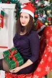 Año Nuevo Mujer hermosa joven cerca del árbol de navidad Foto de archivo libre de regalías