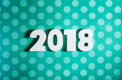 Año Nuevo: Números de madera para 2018 en la polca azul Dot Background Foto de archivo