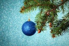 Año Nuevo Navidad Ejecución azul redonda del juguete de la Navidad en el sujetador Fotografía de archivo libre de regalías