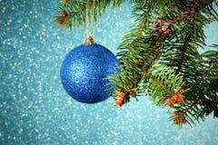 Año Nuevo Navidad Ejecución azul redonda del juguete de la Navidad en el sujetador Imagen de archivo