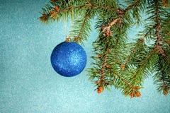Año Nuevo Navidad Ejecución azul redonda del juguete de la Navidad en el sujetador Fotos de archivo