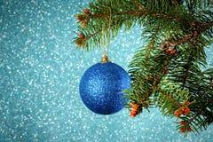 Año Nuevo Navidad Ejecución azul redonda del juguete de la Navidad en el sujetador Fotografía de archivo