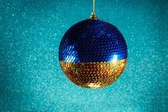 Año Nuevo Navidad Juguete redondo de la Navidad amarillo y azul en un Br Imagenes de archivo