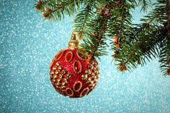 Año Nuevo Navidad Juguete rojo redondo hermoso de la Navidad que cuelga o Imagen de archivo