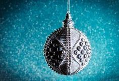 Año Nuevo Navidad Juguetes de plata redondos de la Navidad en un brillante Imágenes de archivo libres de regalías