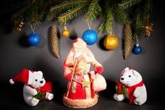 Año Nuevo Navidad Juguetes, ramas de árbol de navidad, conos, con Imagen de archivo libre de regalías