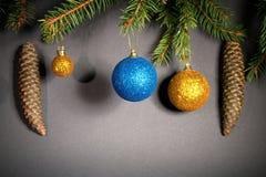 Año Nuevo Navidad Juguetes, ramas de árbol de navidad, conos, con Fotos de archivo libres de regalías