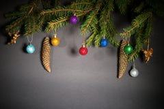 Año Nuevo Navidad Juguetes, ramas de árbol de navidad, conos, con Fotos de archivo