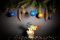 Año Nuevo Navidad Juguetes, ramas de árbol de navidad, conos, con Fotografía de archivo