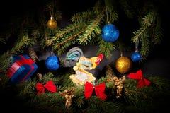 Año Nuevo Navidad Juguetes, ramas de árbol de navidad, conos, con Fotografía de archivo libre de regalías
