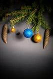 Año Nuevo Navidad Juguetes, ramas de árbol de navidad, conos, con Foto de archivo