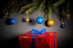Año Nuevo Navidad Juguetes, ramas de árbol de navidad, conos, con Imágenes de archivo libres de regalías