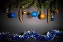 Año Nuevo Navidad Juguetes, ramas de árbol de navidad, conos, con Imagenes de archivo