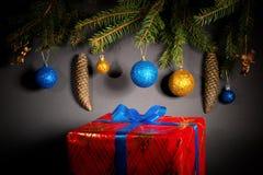 Año Nuevo Navidad Juguetes, ramas de árbol de navidad, conos, con Foto de archivo libre de regalías