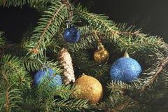 Año Nuevo Navidad Juguetes, ramas de árbol de navidad, conos, en th Imagenes de archivo