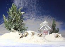 Año Nuevo 2017, nieves acumulada por la ventisca del bosque del invierno y en figuras Foto de archivo