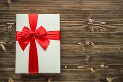 Año Nuevo o caja de regalo de la Navidad con la cinta roja para el conce del día de fiesta Imagen de archivo