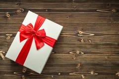Año Nuevo o caja de regalo de la Navidad con la cinta roja para el conce del día de fiesta Fotos de archivo