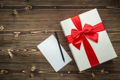 Año Nuevo o caja de regalo de la Navidad con la cinta roja para el conce del día de fiesta Foto de archivo libre de regalías