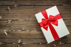 Año Nuevo o caja de regalo de la Navidad con la cinta roja para el conce del día de fiesta Imágenes de archivo libres de regalías