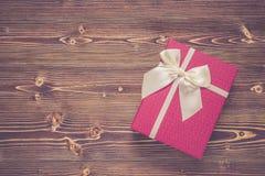 Año Nuevo o caja de regalo de la Navidad con el arco blanco para el concep del día de fiesta Imagenes de archivo