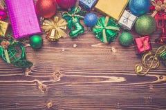 Año Nuevo o decoración de la Navidad para el concepto del día de fiesta en el wo marrón Fotografía de archivo