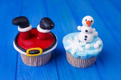 Año Nuevo o dulces de la fiesta de Navidad Magdalenas deliciosas con Sant imágenes de archivo libres de regalías
