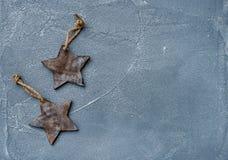Año Nuevo o fondo y textura de la Navidad Juegue las estrellas de madera rústicas sobre la superficie gris del grunge, visión sup Imagen de archivo