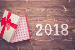 Año Nuevo o la caja de regalo de la Navidad con la cinta roja y numera f 2018 Fotografía de archivo