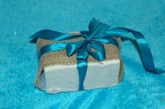 Año Nuevo o regalo de la Navidad, lleno en arpillera, con un v hermoso Imagenes de archivo