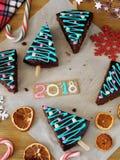 Año Nuevo 2018 Pasteles, caramelos y decoraciones de la Navidad Fotografía de archivo