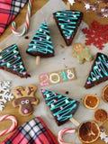 Año Nuevo 2018 Pasteles, caramelos y decoraciones de la Navidad Imagenes de archivo