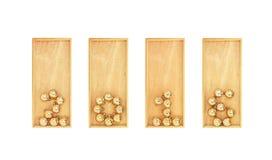 Año Nuevo pavimentado con las bolas de la Navidad del oro en cajas de madera Isolat Fotos de archivo libres de regalías