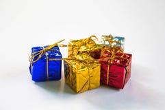 Año Nuevo presente en papel del follaje con el arco del hilo de oro Imagen de archivo
