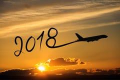 Año Nuevo 2018 que dibuja en aeroplano en el aire en la salida del sol Imagenes de archivo
