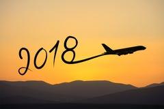Año Nuevo 2018 que dibuja en aeroplano en el aire en la salida del sol Imagen de archivo